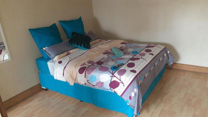 Spacious Double room in lovely guesthouse, alquiler vacacional en Rustenburg