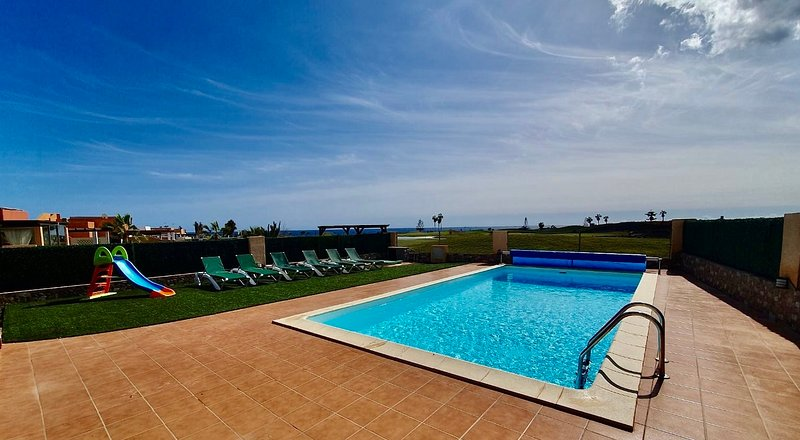 Beautiful 3 bed villa with amazing golf and sea views, location de vacances à Pozo Negro
