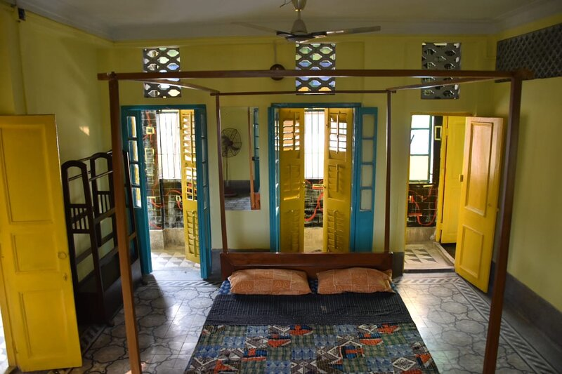 Chrysalis Double Room (Bhubanbari) Aircon, 2BA, kitchen, terrace, holiday rental in Kolkata (Calcutta)