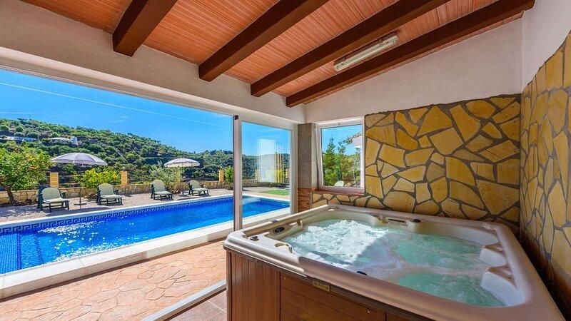 Spacious villa with swimming-pool, aluguéis de temporada em Sedella