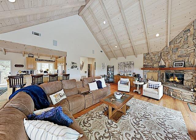 Bearfoot Lodge - Lake-View Escape with Decks & Game Room, aluguéis de temporada em Lake Arrowhead