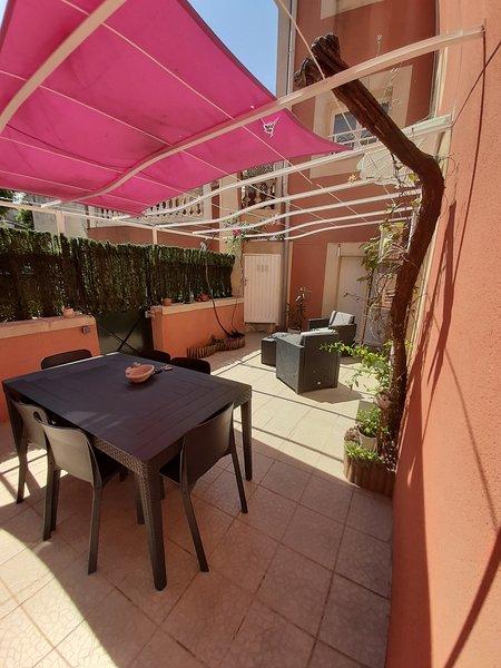 2020 Maison 100 M2, 3 CH avc télé, bureau et clim, terrasse 25 M2 parking privé, holiday rental in Pierrelatte