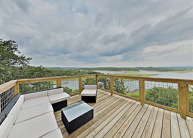 Modern Luxury Home   Three Lake-View Decks, Pools, Tennis & Boat Launch, holiday rental in Spicewood