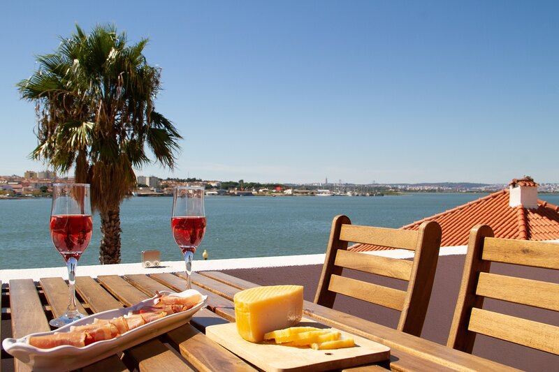 Seixal Bay Apartments - Loft - NEW, casa vacanza a Amora