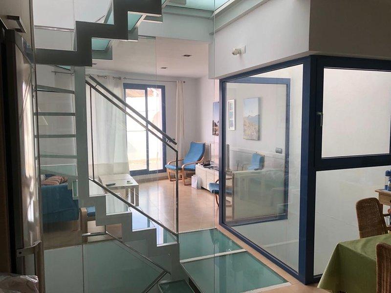Salón nivel medio y terraza desde cocina