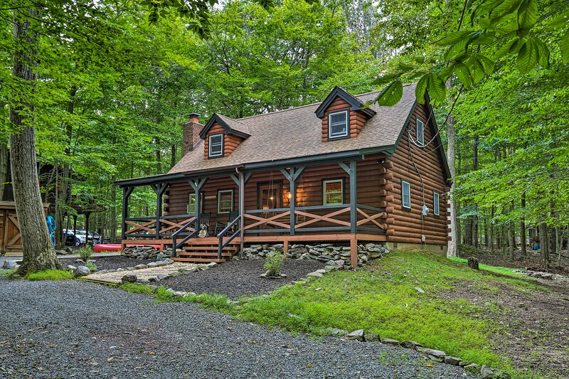 Pocono Log Cabin w/Fireplace, Fire Pits, Amenities, vacation rental in Pocono Lake