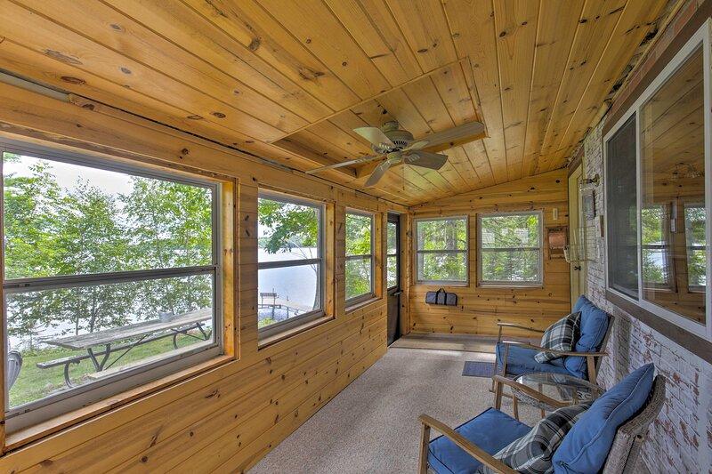 Lakefront Family Escape w/ Views, Dock, & Kayaks!, alquiler de vacaciones en Barnes