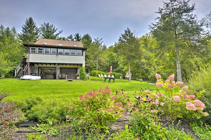 Home Near Owasco Lake w/Grill, Fire Pit & 3 Kayaks!, aluguéis de temporada em Ridgemont