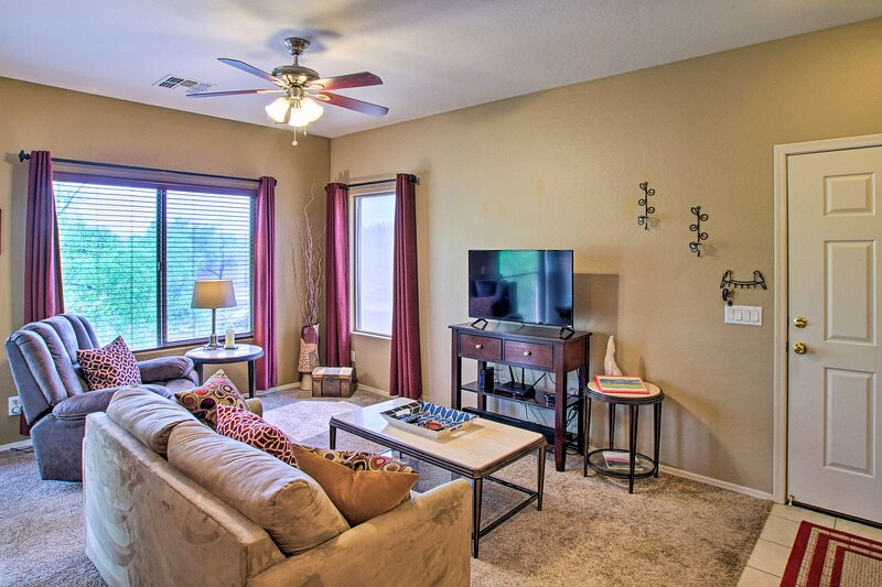 Pet-Friendly Fountain Hills Condo: Walk Downtown!, alquiler de vacaciones en Fountain Hills