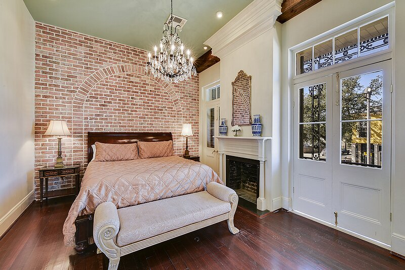 The Balcony: 3 bedroom apartment in the ❤ of NOLA w/ Balcony & Courtyard, vacation rental in New Orleans