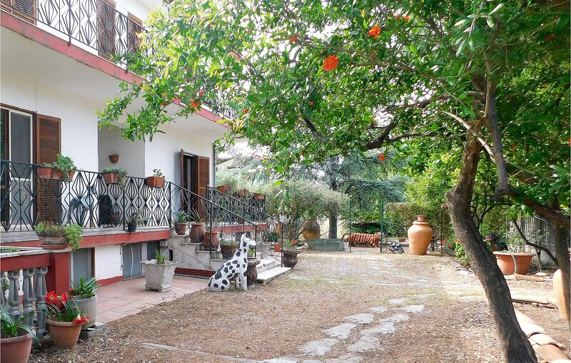 Beautiful apartment in Isca sullo Ionio with WiFi and 3 Bedrooms (IKK509), holiday rental in Davoli