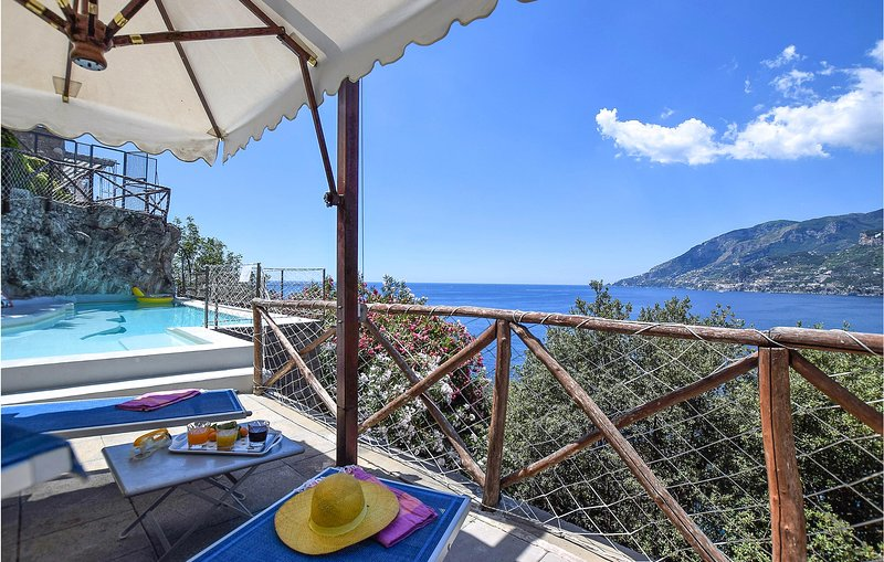 Stunning holiday home in Maiori with WiFi, Outdoor swimming pool and 3 Bedrooms, location de vacances à Maiori