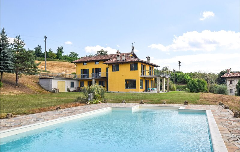 Stunning home in Belvedere Langhe with Outdoor swimming pool, WiFi and 5 Bedroom, holiday rental in Mombarcaro