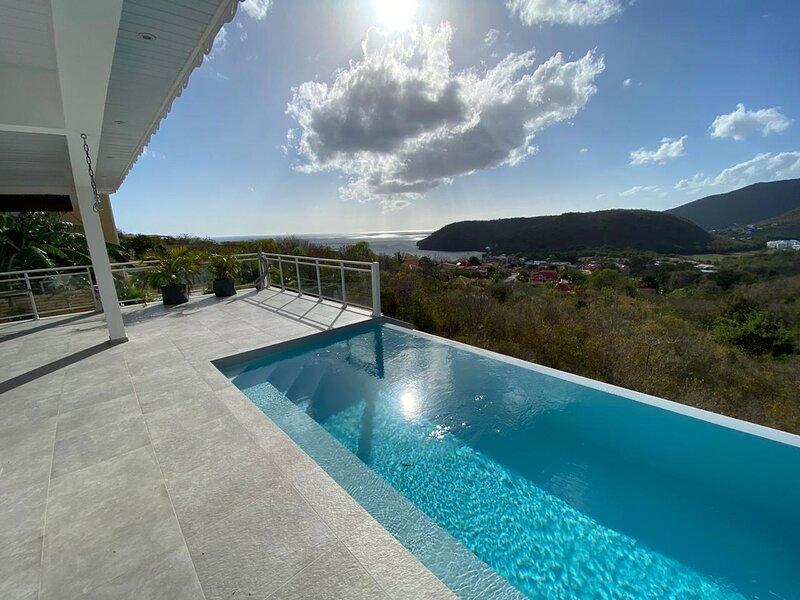 VILLA piscine a debordement VUE MER ET MONTAGNE, aluguéis de temporada em Les Anses d'Arlet