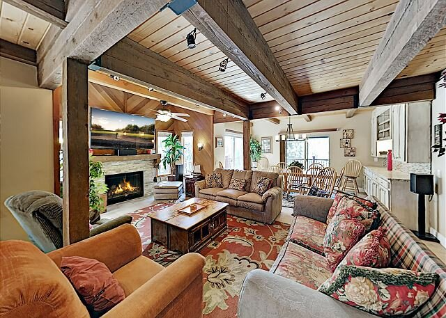 Sprawling Woodland Retreat with 3 Decks & Game Room, alquiler de vacaciones en Lago Tahoe