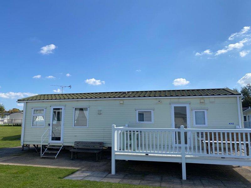 Lovely 7 berth caravan at a brilliant holiday park, Manor Park ref 23113K, vakantiewoning in Hunstanton