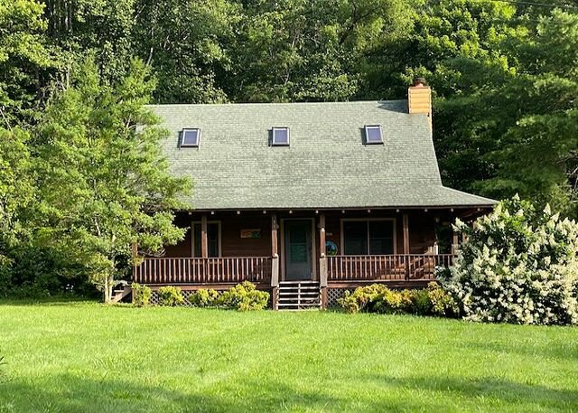 2BD 2BA Cozy Log Cabin, Easy Paved Access, View, Gas Log, Hot Tub, Wifi Pond, alquiler de vacaciones en Waynesville