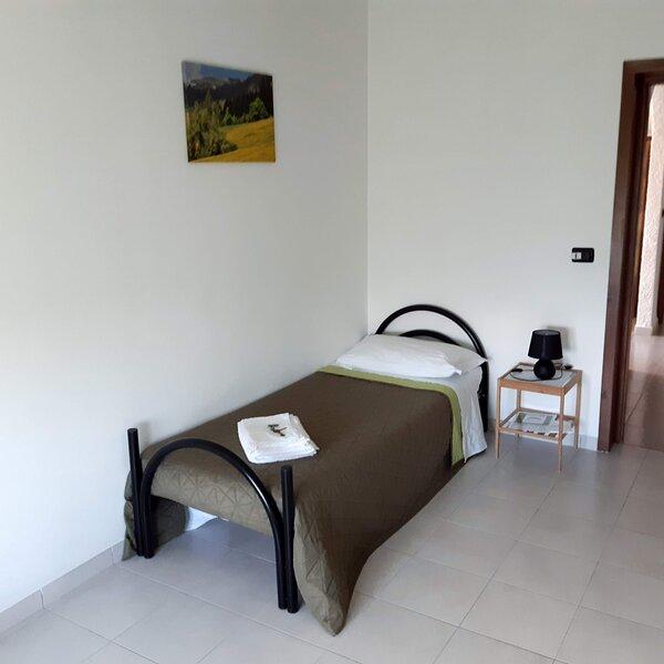 Tolasudolsa R&B-Camera Single Track, Singola con bagno privato esterno a fianco, vacation rental in Borgo val di Taro