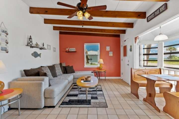 Walk to Beach   Dog-Friendly Cottage   Ocean View   Garage Parking  Close to Dow, alquiler de vacaciones en Flagler Beach