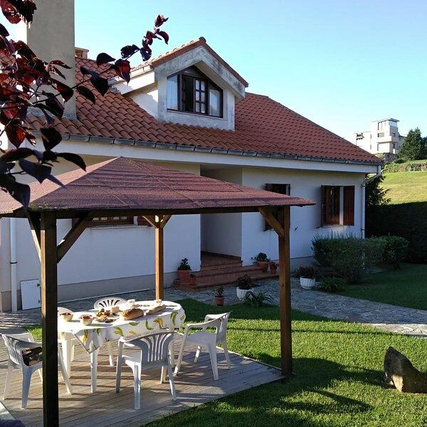 CASA DEL TEJO FAMILIAR CON BARBACOA, vacation rental in Torrelavega