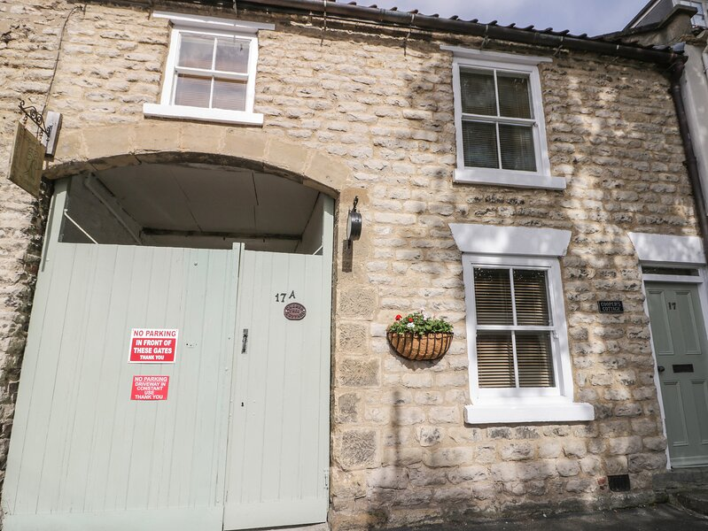 COOPER'S COTTAGE, pet friendly, character holiday cottage, with a garden in, holiday rental in Pickering
