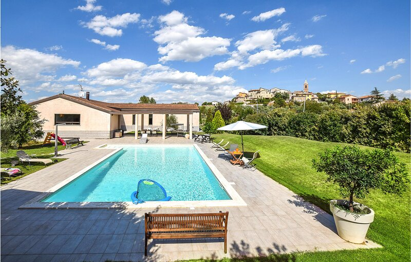 Stunning home in Collesecco with Indoor swimming pool and 3 Bedrooms (IUS286), holiday rental in Montecastrilli