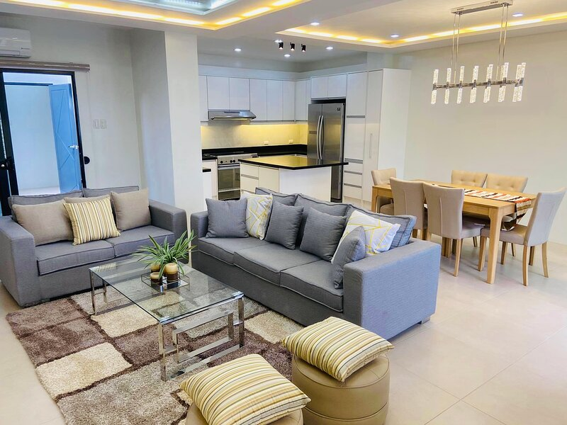 Beautiful new 3 level luxury Town House Davao City, location de vacances à Davao City