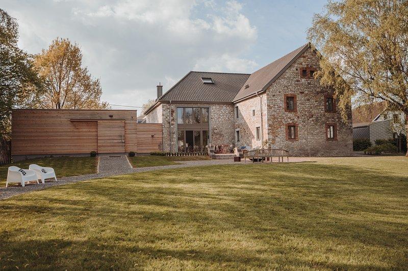 B&B in luxury farmhouse with large garden and sauna, Ferienwohnung in Eschweiler