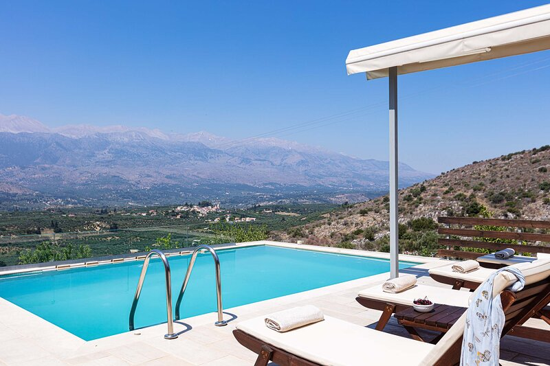 Luxury villa with pool and amazing mountain view, vacation rental in Exopoli