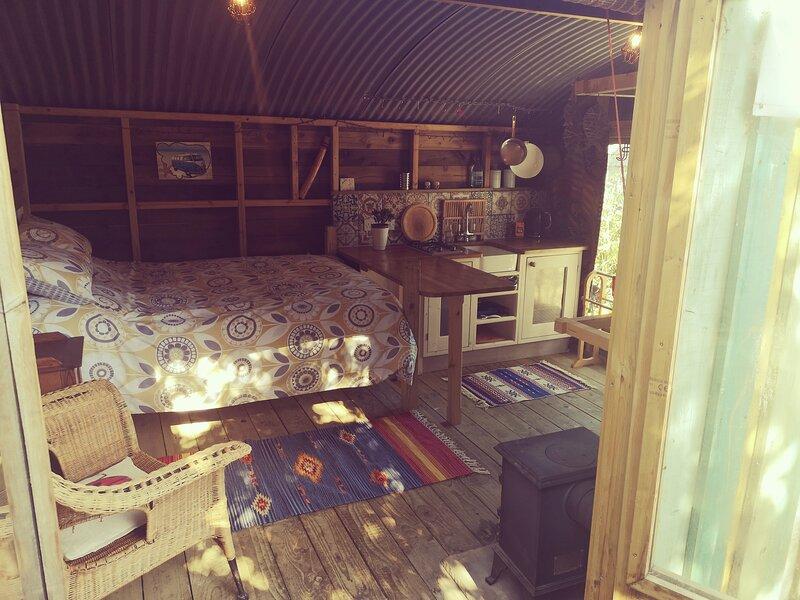Cosy cabin 10 mins walk from the Beach, location de vacances à Millendreath
