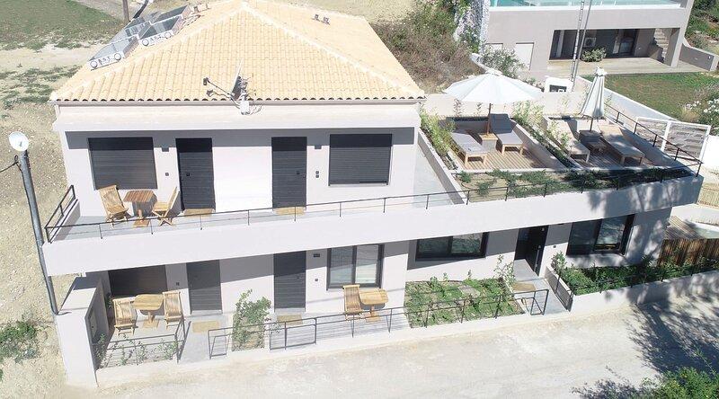 Elsa Luxury Apartment One bed with private outdoor seating. Ground level Apt1, aluguéis de temporada em Palairos