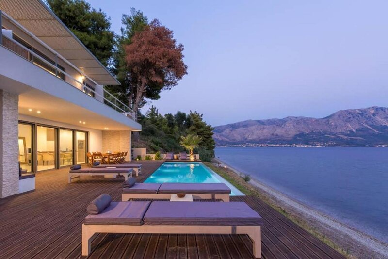 Villa Kastos. Beachfront 4 bed villa with private pool., aluguéis de temporada em Palairos