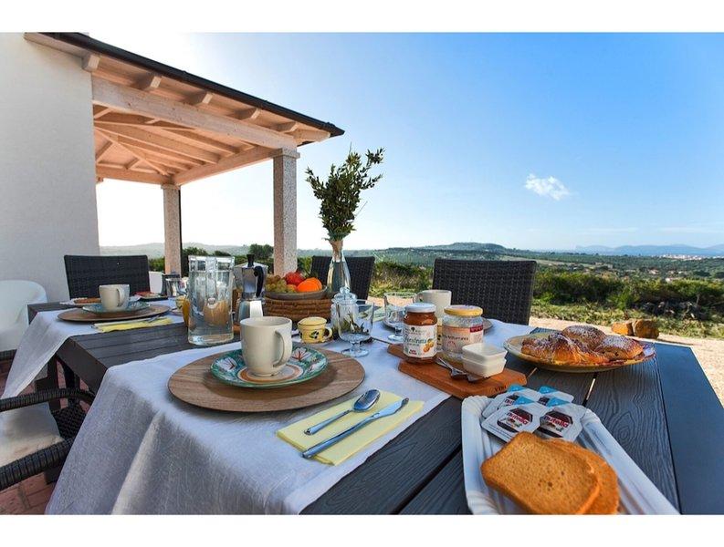 Alghero, Villa Carrabuffas for 8 people with sea view, casa vacanza a Villanova Monteleone