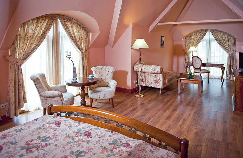 Luxury Suite With Courtyard View And Wellness, holiday rental in German