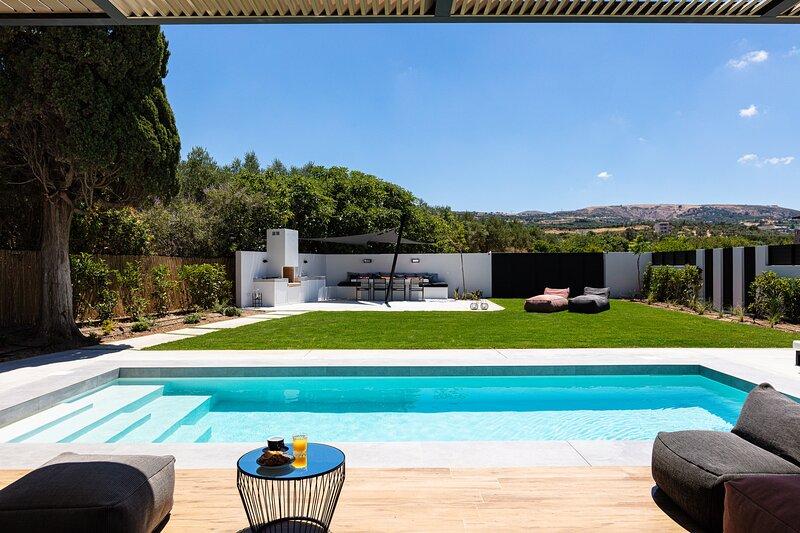 Villa Physis & Metal - Cutting edge design, 50m2 pool, walking distance to shops, holiday rental in Pigi