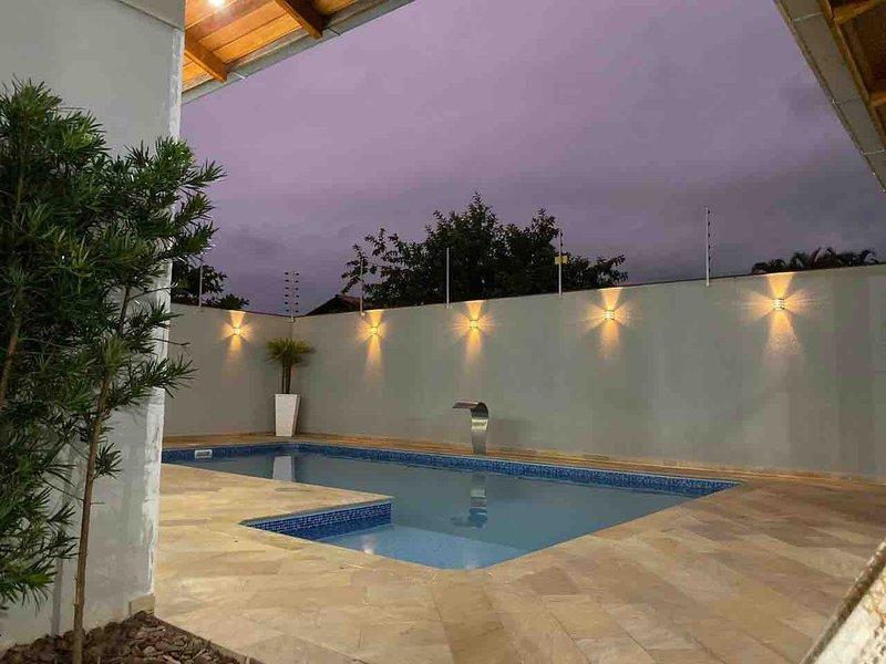 Casa com piscina próximo ao Beto Carreiro, alquiler de vacaciones en Picarras