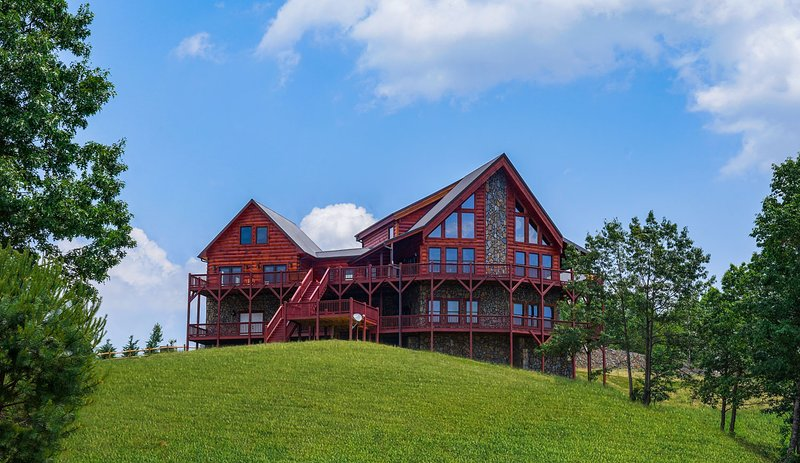 6 Bedrooms / 6 Baths - Sleeps 18-22 Handcrafted Log Cabin in the amazing mountai, holiday rental in Dobson