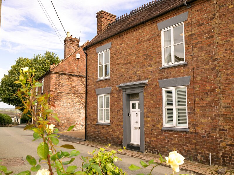 IRONBRIDGE - 18TH CENTURY 3 BEDROOM COTTAGE (3 DOUBLE BEDS AND 3 SINGLE), casa vacanza a Little Wenlock