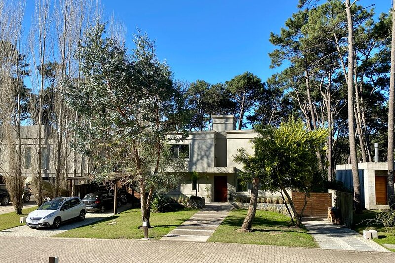 Spectacular house in a closed neighborhood near the beach!, holiday rental in Punta del Este