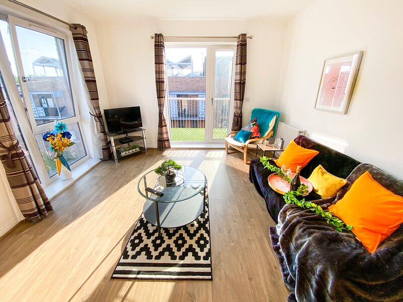 ⭐Penthouse Apartment in Central MK with Balcony & Free Parking by Yoko Property⭐, alquiler vacacional en Milton Keynes