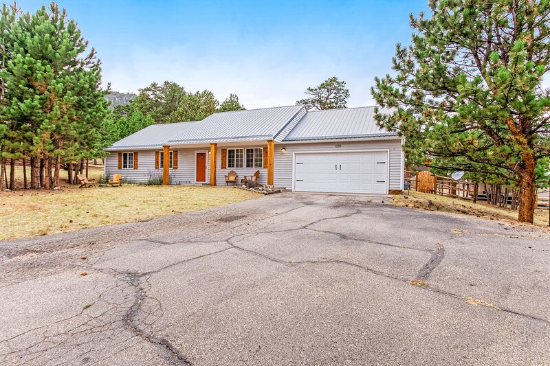 Cozy home in peaceful neighborhood - one mile from downtown, holiday rental in Estes Park