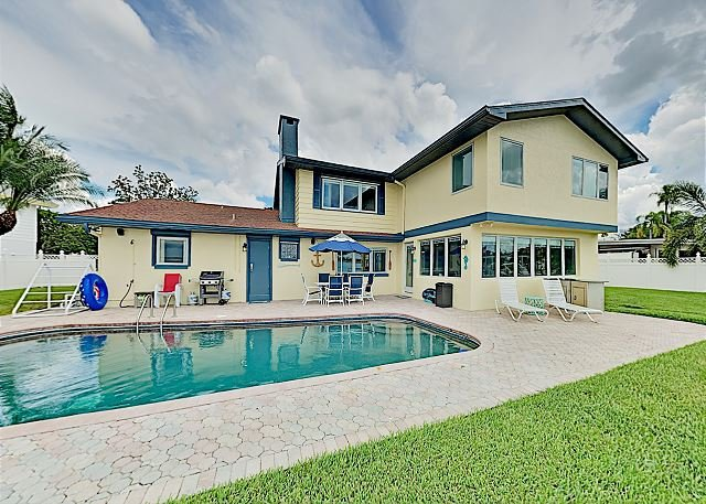 Luxury Waterfront Home with Billiards | Pool & Private Dock on the Gulf!, alquiler de vacaciones en Crystal Beach