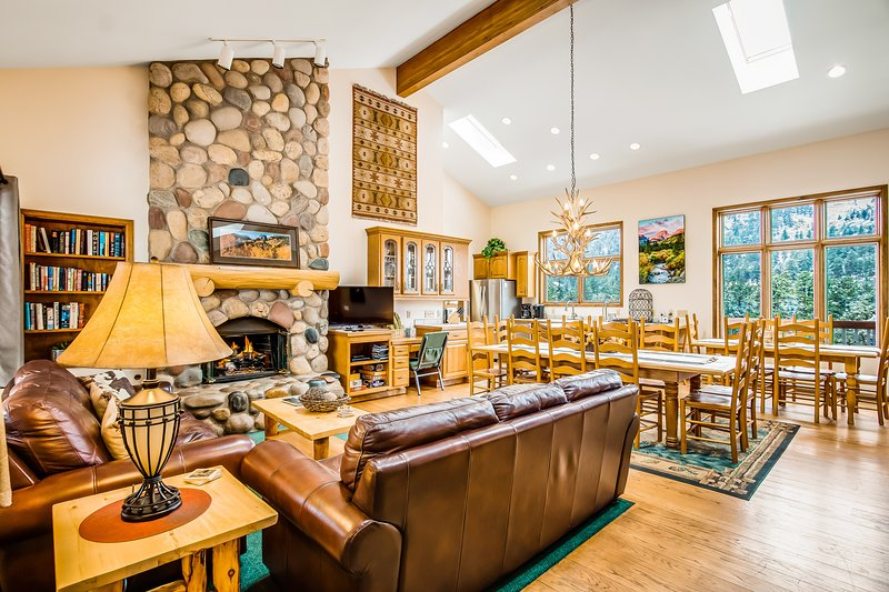 New listing! Beautiful mountain home w/ inviting interior & stunning views, vacation rental in Estes Park