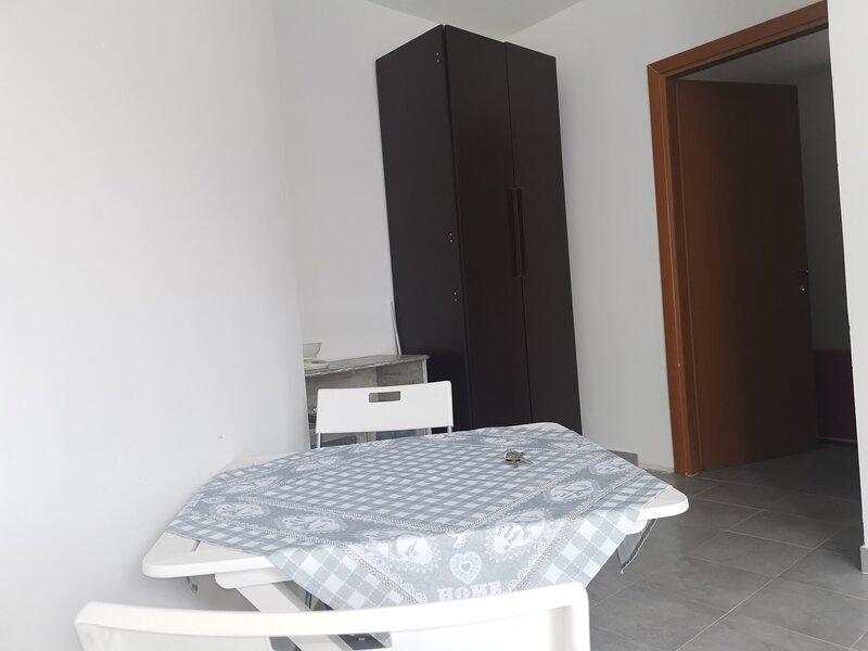 Monolocale arredato vicino metropolitana, holiday rental in Orta di Atella