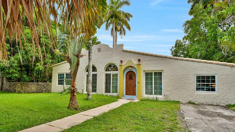 Rustic Spanish Villa in Coral Gables w/ yard!, aluguéis de temporada em Olympia Heights