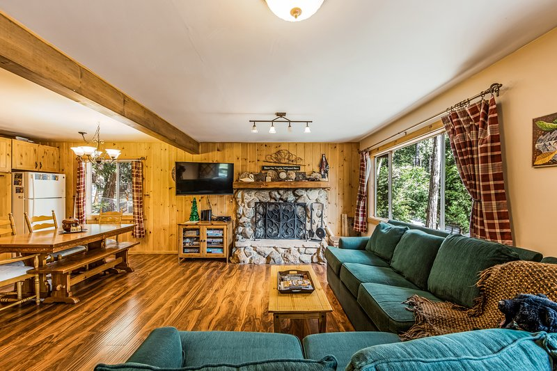 Cozy, dog-friendly cabin w/ forest views, deck, & private pool table, location de vacances à Pine Cove