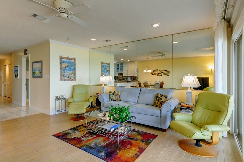 Stylish first floor condo w/ free WiFi, water views, and easy beach access!, vacation rental in Blue Mountain Beach