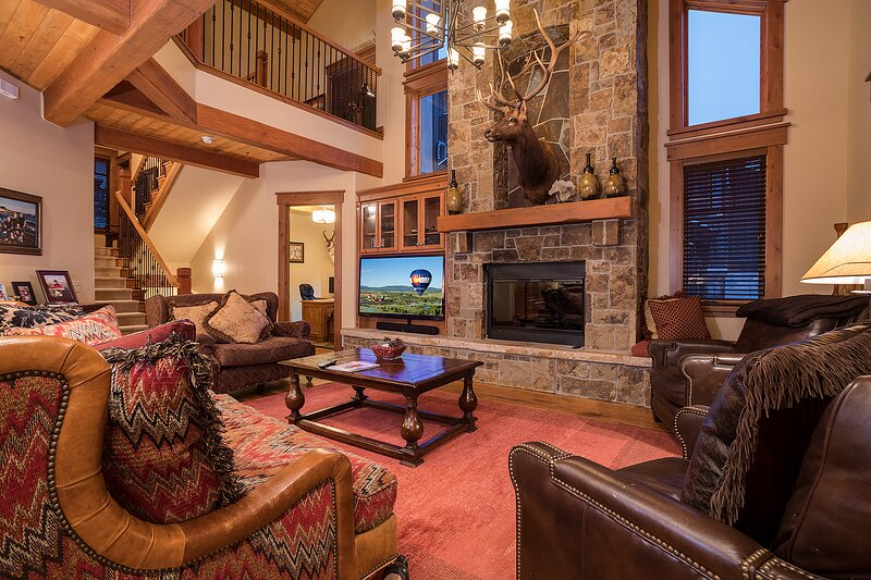 Huge family retreat w/ private hot tub, theater room & ideal location near lifts, location de vacances à Steamboat Springs