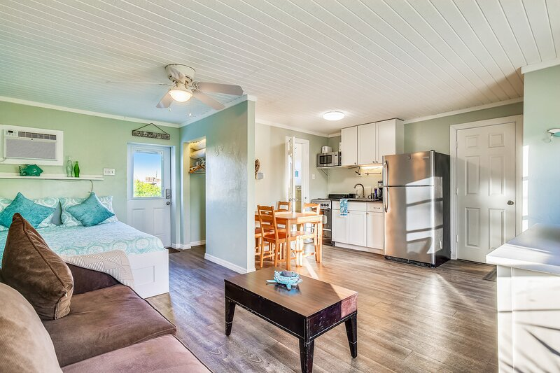 Waterfront studio with quick open water access! Snowbird-friendly!, casa vacanza a Conch Key