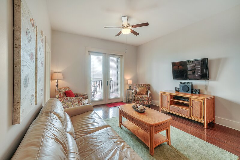 Polished condo w/ balcony,  pool, & hot tub - one block to the beach!, vacation rental in Blue Mountain Beach